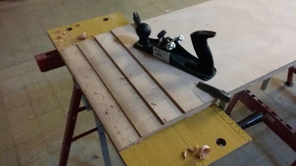 Vier Platten in 6 mm Stärke mit 50 mm Abstand ausgerichtet und mit Schraubzwingen fixiert