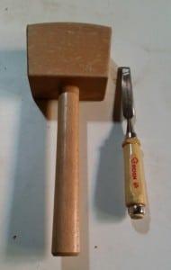 Holzhammer und Stechbeitel, beispielsweise zum Abheben überschüssigen Bleis