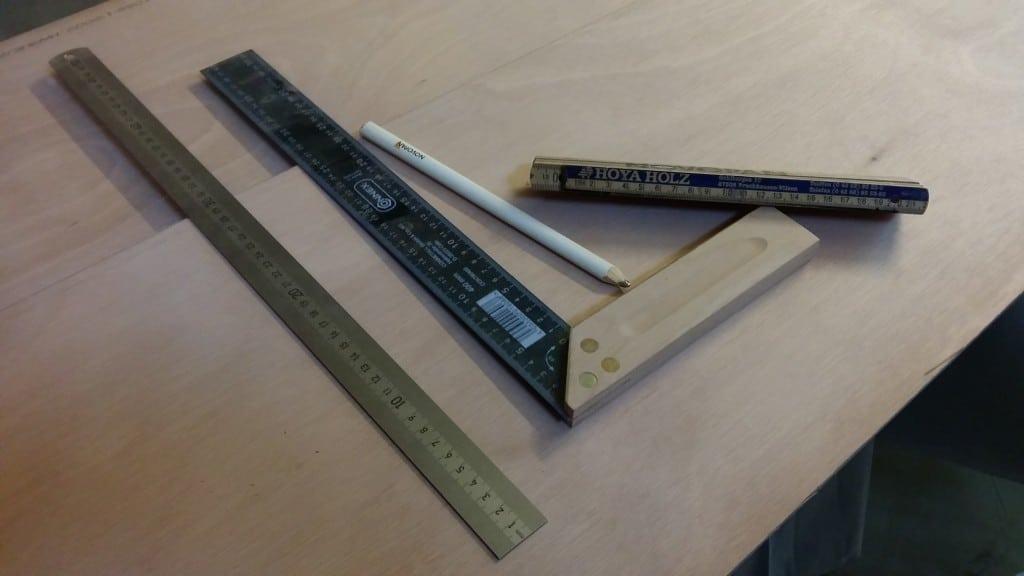 Messwerkzeuge und, nicht auf dem Bild, langes Lineal oder Wasserwaage zum Anreißen
