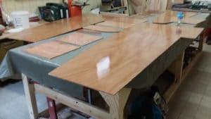 Drei volle Tische mit Kleinteilen vorbereitet - das Pocketship besteht aus einer Unmenge von Teilen.