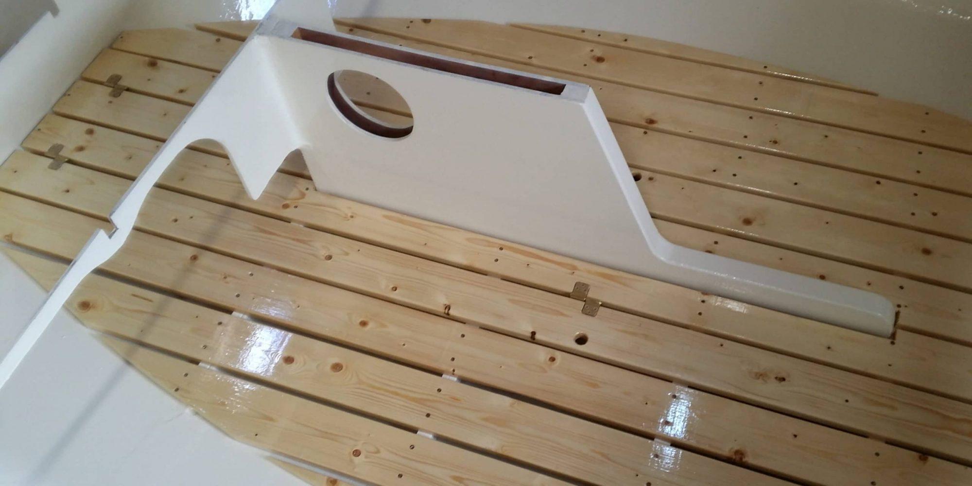 Der fertige Boden aus schmaler gesägten und beidseitig nachgehobelten Bodendielen mit vier Schichten Bootslack