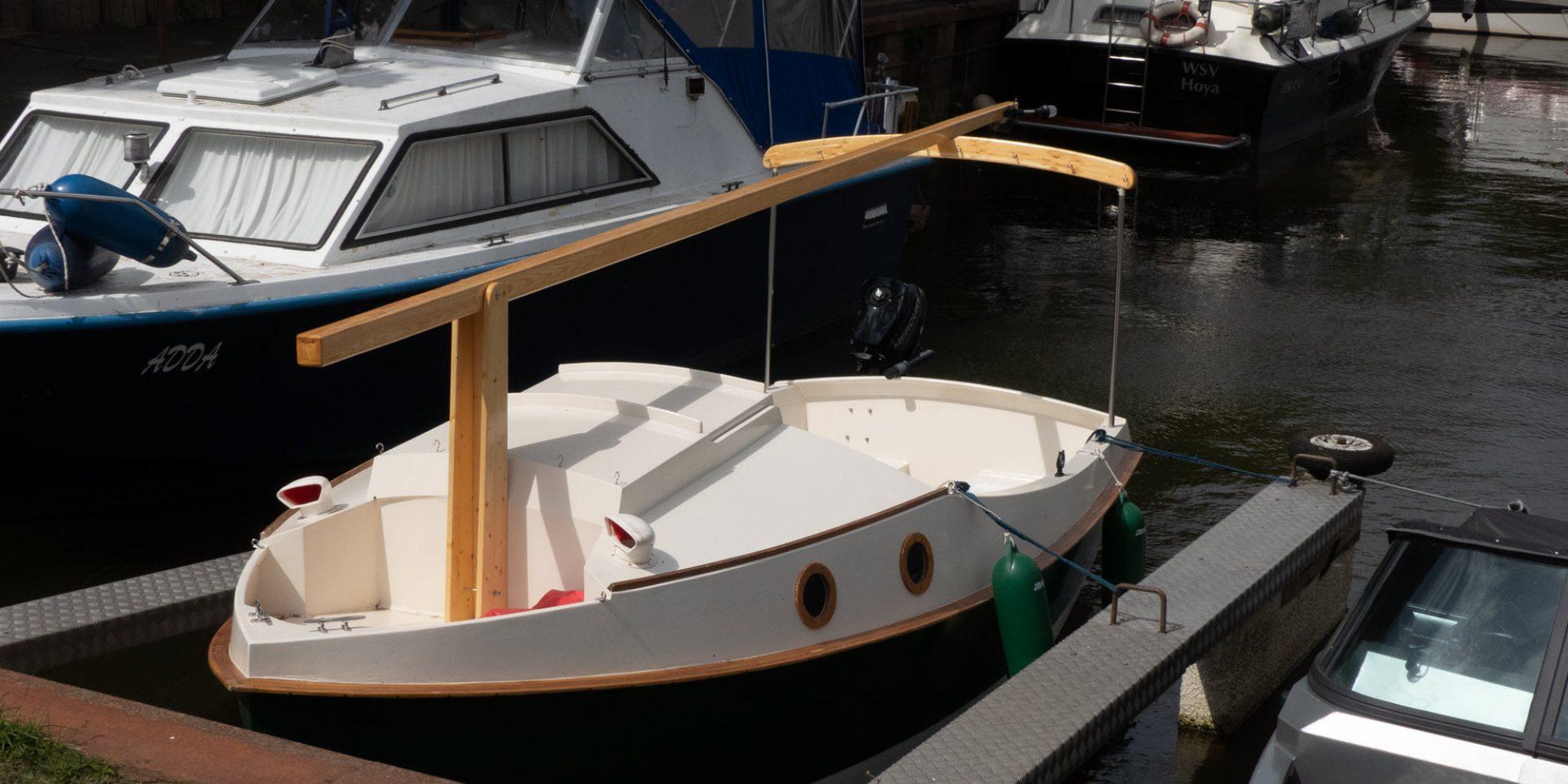 Das Boot mit den ersten Holzaufbauten. Leider noch aus unterschiedlichen Holzsorten