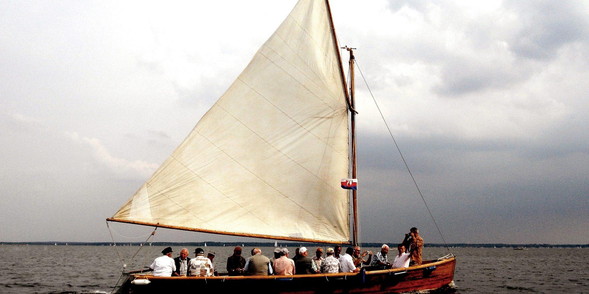 sailing-boat-1617167_1920